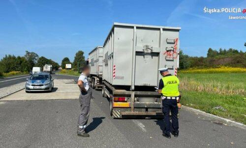 Policjanci kontrolowali pojazdy przewożące odpady